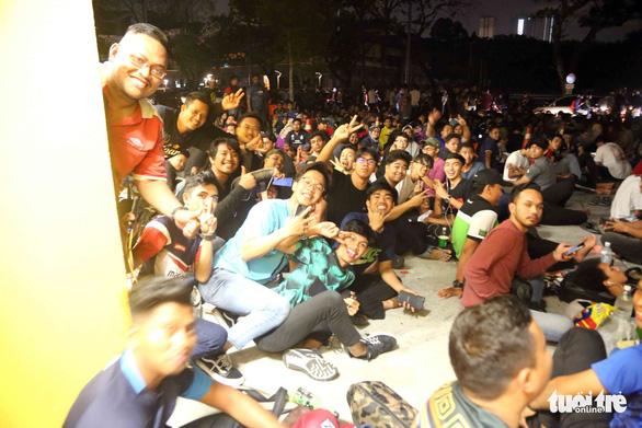 Từ tối 8-12, cả ngàn CĐV Malaysia đã xếp hàng chờ mua vé trận Malaysia - VN - Ảnh 5.