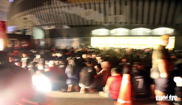 Từ tối 8-12, cả ngàn CĐV Malaysia đã xếp hàng chờ mua vé trận Malaysia - VN - Ảnh 12.