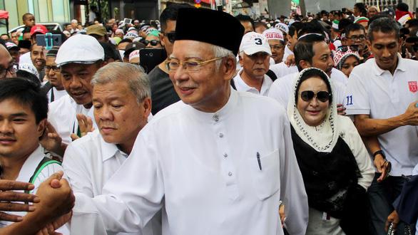 Cựu thủ tướng Malaysia cùng vợ đi biểu tình - Ảnh 1.