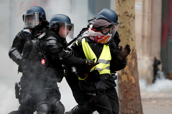 Choáng với 'đồ chơi' của dân biểu tình quậy tại Pháp - Ảnh 4.