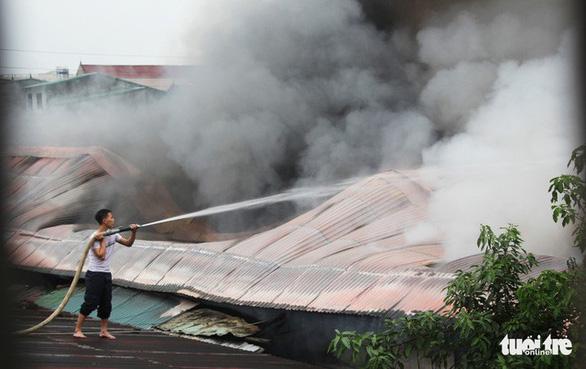 Cháy lớn kho hàng ở gần chợ Vinh, tiểu thương lao vào cứu hàng - Ảnh 2.