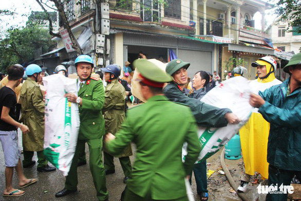 Cháy lớn kho hàng ở gần chợ Vinh, tiểu thương lao vào cứu hàng - Ảnh 9.