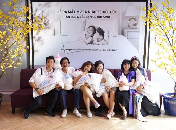 Ca sĩ Cẩm Vân mừng Dương Tấn Sơn ra mắt MV Chiếc gối - Ảnh 2.