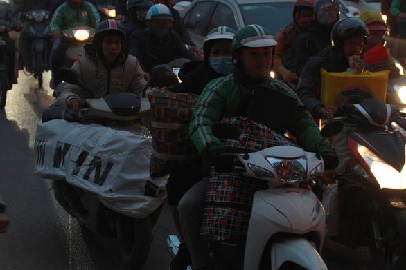 Nhích từng chút trong sương mù, gió lạnh rời Hà Nội về ăn tết - Ảnh 4.