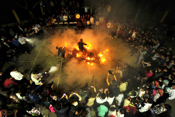 Truyền thuyết chó thần và tục nhảy lửa - Ảnh 3.