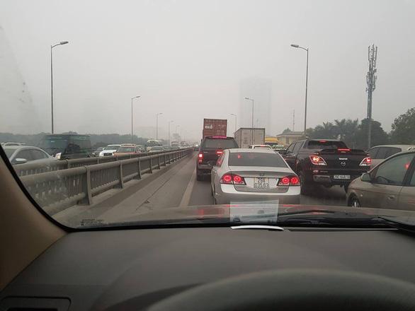 Nhích từng chút trong sương mù, gió lạnh rời Hà Nội về ăn tết - Ảnh 2.