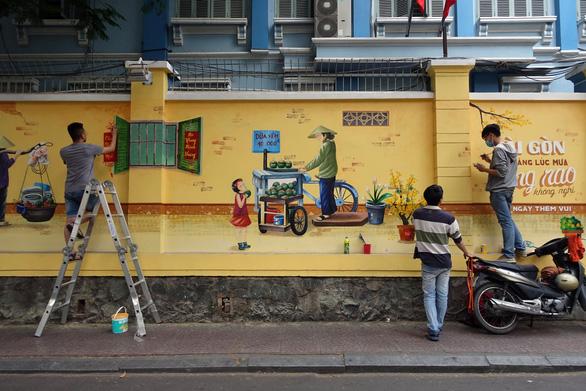 'Thêm tết' cho những bức tranh đường phố - Ảnh 1.