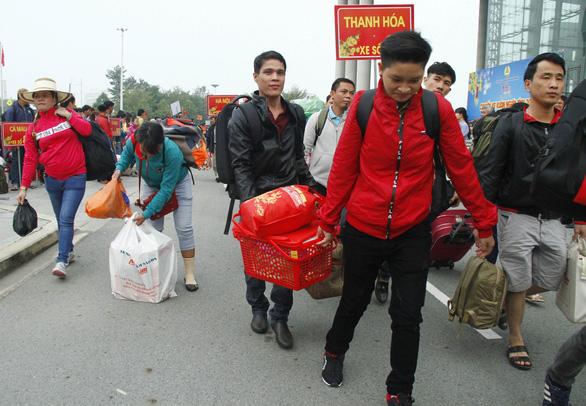 Tàu xe nghĩa tình đưa hàng ngàn công nhân về quê đón tết - Ảnh 1.