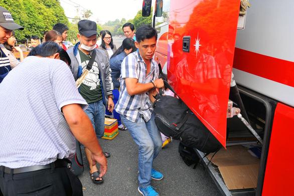 Tàu xe nghĩa tình đưa hàng ngàn công nhân về quê đón tết - Ảnh 2.