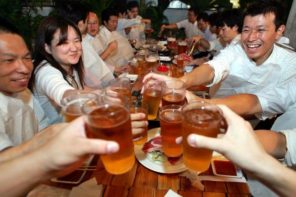 Người châu Á dễ đỏ mặt khi uống bia, vì sao? - Ảnh 1.