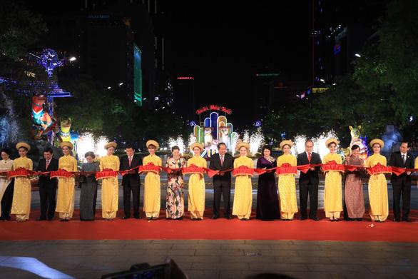 Đường hoa Nguyễn Huệ mở cửa đón khách du xuân - Ảnh 10.