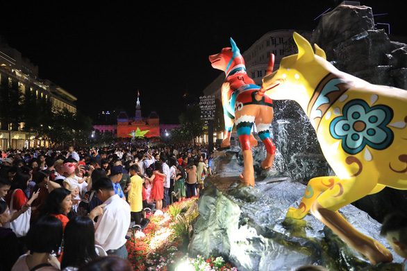 Đường hoa Nguyễn Huệ mở cửa đón khách du xuân - Ảnh 1.