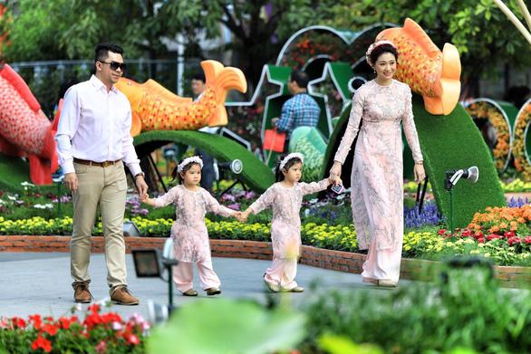 Đường hoa Nguyễn Huệ mở cửa đón khách du xuân - Ảnh 8.