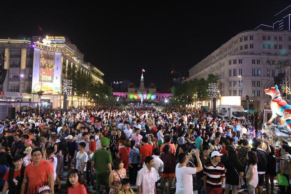 Biển người trong đêm khai mạc đường hoa Nguyễn Huệ - Ảnh 14.