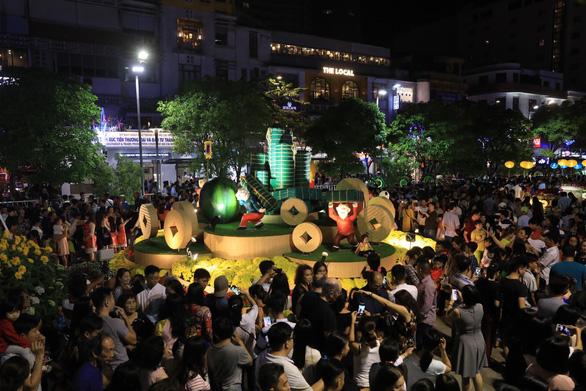 Biển người trong đêm khai mạc đường hoa Nguyễn Huệ - Ảnh 3.