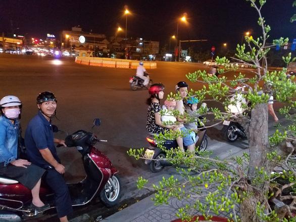 Dân Sài Gòn hối hả săn mai Tết tận khuya - Ảnh 6.