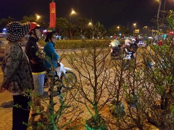 Dân Sài Gòn hối hả săn mai Tết tận khuya - Ảnh 7.
