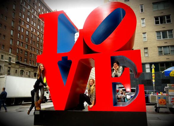 Bức tượng chữ LOVE nổi tiếng ở Mỹ - Ảnh 1.