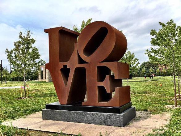 Bức tượng chữ LOVE nổi tiếng ở Mỹ - Ảnh 4.