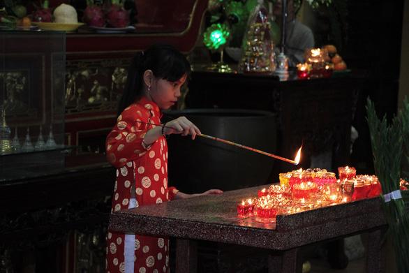 Sau giao thừa, người dân đổ về chùa, hái lộc đầu năm - Ảnh 4.