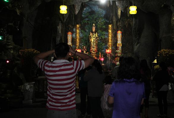Sau giao thừa, người dân đổ về chùa, hái lộc đầu năm - Ảnh 5.