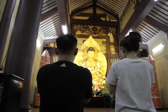 Sau giao thừa, người dân đổ về chùa, hái lộc đầu năm - Ảnh 6.