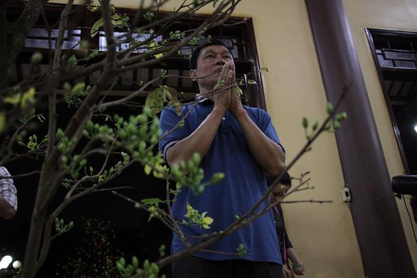 Sau giao thừa, người dân đổ về chùa, hái lộc đầu năm - Ảnh 7.