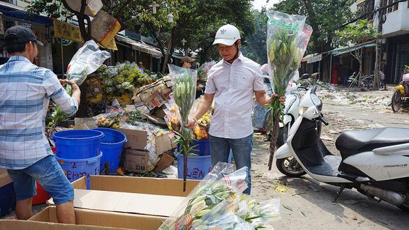 Vỡ trận, chợ hoa sỉ lớn nhất Sài Gòn thành núi rác chiều 30 Tết - Ảnh 7.