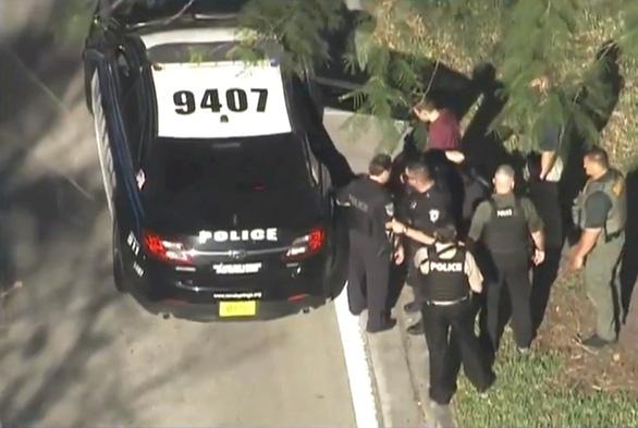 Xả súng tại trường học Florida, ít nhất 17 người thiệt mạng - Ảnh 1.