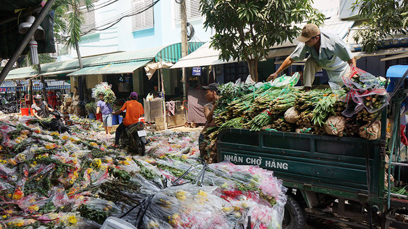 Vỡ trận, chợ hoa sỉ lớn nhất Sài Gòn thành núi rác chiều 30 Tết - Ảnh 2.