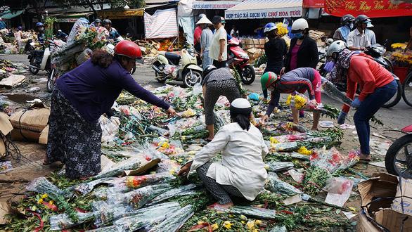 Vỡ trận, chợ hoa sỉ lớn nhất Sài Gòn thành núi rác chiều 30 Tết - Ảnh 3.