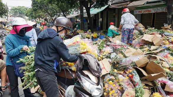 Vỡ trận, chợ hoa sỉ lớn nhất Sài Gòn thành núi rác chiều 30 Tết - Ảnh 1.