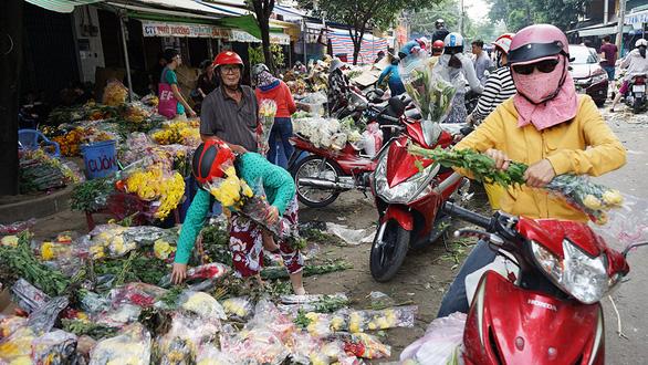 Vỡ trận, chợ hoa sỉ lớn nhất Sài Gòn thành núi rác chiều 30 Tết - Ảnh 4.