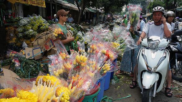 Vỡ trận, chợ hoa sỉ lớn nhất Sài Gòn thành núi rác chiều 30 Tết - Ảnh 5.