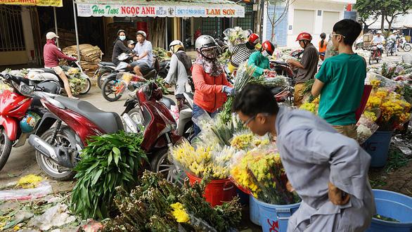 Vỡ trận, chợ hoa sỉ lớn nhất Sài Gòn thành núi rác chiều 30 Tết - Ảnh 6.