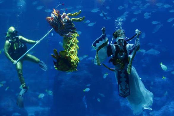 Múa rồng đón Tết với 'Nữ thần biển' ở Singapore - Ảnh 1.