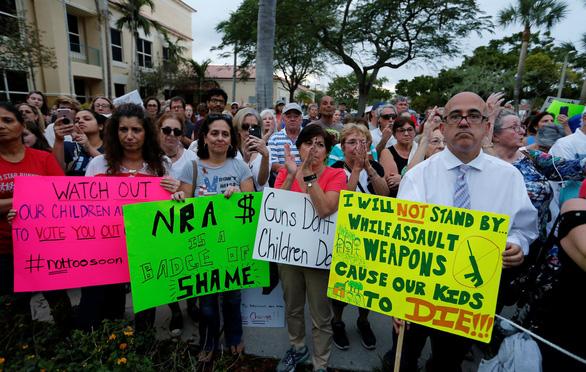 Xả súng giết người, học sinh tố Tổng thống, Tổng thống tố đối thủ - Ảnh 1.