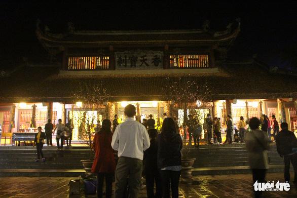 Xuyên đêm trẩy hội và mưu sinh ở chùa Hương - Ảnh 1.
