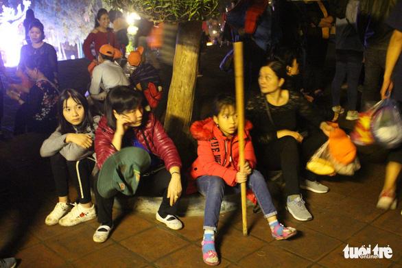 Xuyên đêm trẩy hội và mưu sinh ở chùa Hương - Ảnh 9.