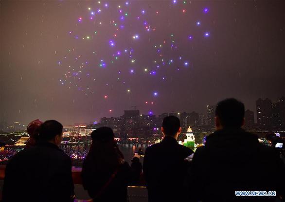 'Vũ điệu ánh sáng' đón năm mới từ 300 flycam - Ảnh 2.