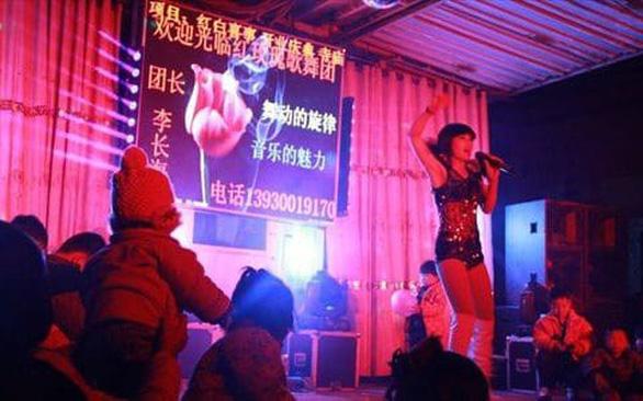 Trung Quốc quyết dẹp nạn nhảy múa thoát y ở đám tang - Ảnh 2.