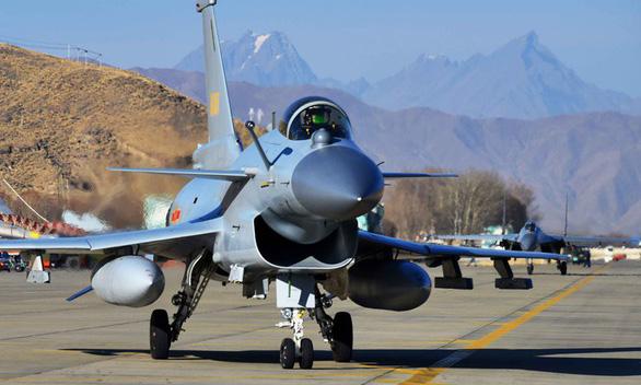 Bắc Kinh bắn tin: điều máy bay hiện đại tập trận để chống Ấn Độ - Ảnh 1.
