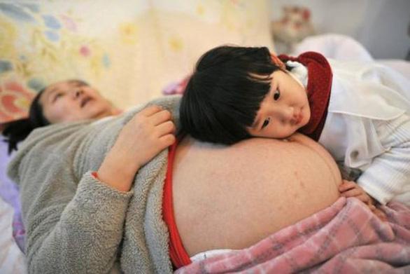 Chê chất lượng trong nước, phụ nữ Trung Quốc ra nước ngoài tìm con - Ảnh 1.