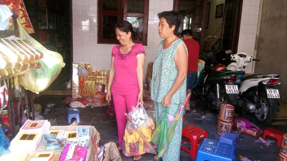 Người Sài Gòn kéo nhau đi mua vàng mã cúng sao, vía Thần Tài - Ảnh 1.