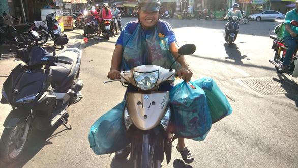 Người Sài Gòn kéo nhau đi mua vàng mã cúng sao, vía Thần Tài - Ảnh 2.