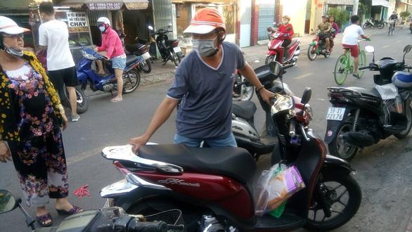 Người Sài Gòn kéo nhau đi mua vàng mã cúng sao, vía Thần Tài - Ảnh 4.