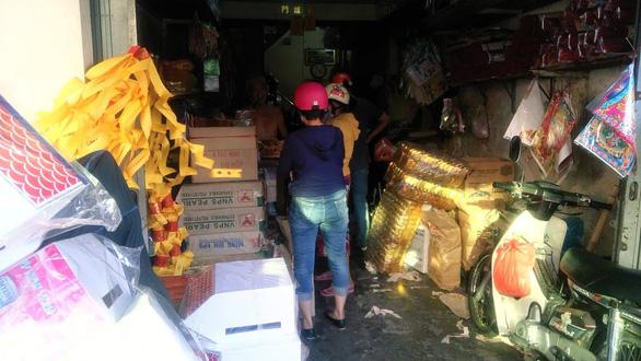 Người Sài Gòn kéo nhau đi mua vàng mã cúng sao, vía Thần Tài - Ảnh 5.