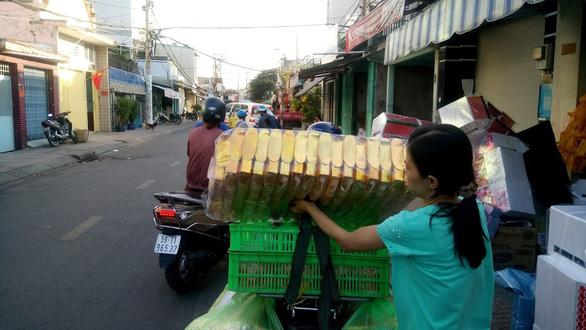 Người Sài Gòn kéo nhau đi mua vàng mã cúng sao, vía Thần Tài - Ảnh 6.