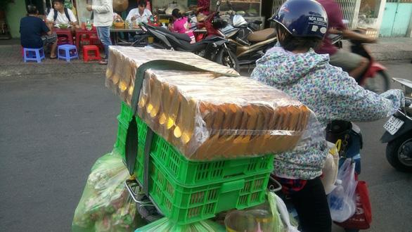 Người Sài Gòn kéo nhau đi mua vàng mã cúng sao, vía Thần Tài - Ảnh 7.