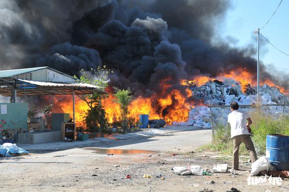 Bãi vải phế liệu của công ty cháy lớn ngay ngày khai trương - Ảnh 4.